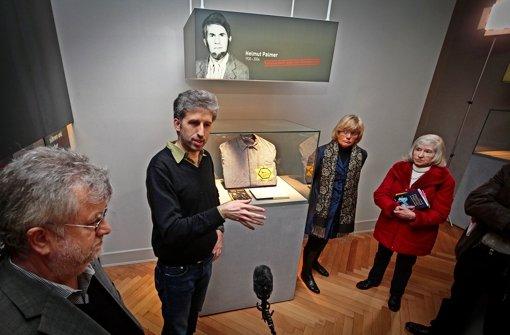 Boris Palmer und seine Mutter (ganz rechts) bei der Präsentation der Vitrine im Museum auf dem Hohenasperg. Foto: factum/Granville