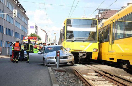 Der Autofahrer wollte die Gleise kreuzen und ... Foto: SDMG