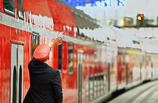 Wenn die Frankenbahn nicht bald pünktlicher fährt, könnte der Zug für die Deutsche Bahn abgefahren sein  Möglicherweise verliert sie dann weitere Strecken. Foto: dpa