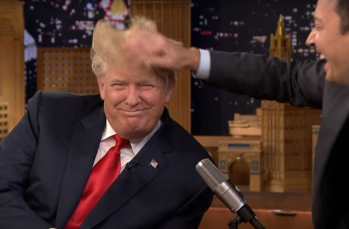 Trump lässt sich im Fernsehen die Frisur verwüsten