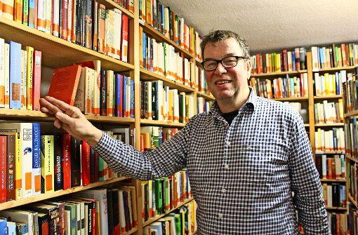 Bernd Hoffmann arbeitet in der ehrenamtlichen Leihbücherei Riedenberg. Foto: Caroline Holowiecki