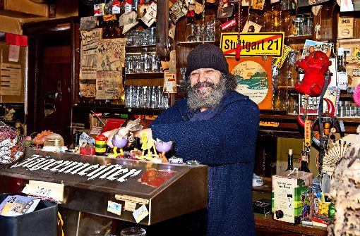 Ramon an der Theke im Schlampazius Foto: Lichtgut/Oliver Willikonsky