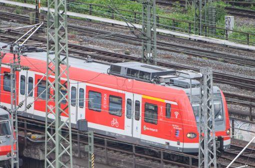 Jugendlicher von S-Bahn am Kopf gestreift