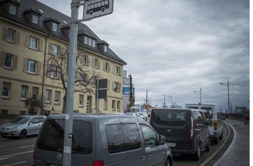 Auch die Busspur in der Nordbahnhofstraße wird zugeparkt. Foto: Lichtgut/Max Kovalenko
