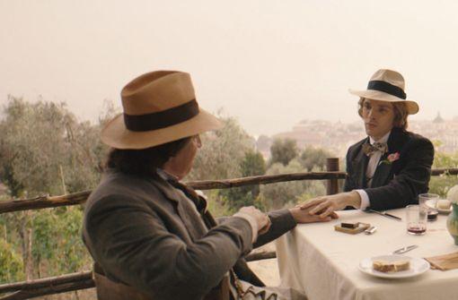 """Die Gefängniszeit ist vorbei: In """"The Happy Prince"""" kann der freigelassene Oscar Wilde (Rupert Everett, li.) wieder Zeit mit seinem Freund Bosie (Colin Morgan) verbringen. Foto: Concorde"""
