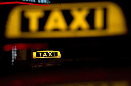 Taxifahrer ins Gesicht gebissen