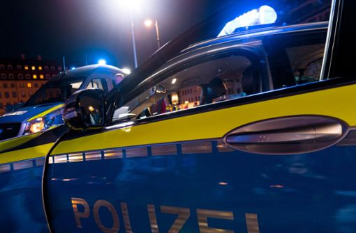 Geparktes Auto rollt weg - Junge schwer verletzt