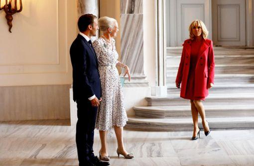 Brigitte Macron mit Ehemann Emmanuel Macron (neben Margarethe von Dänemark) auf Staatsbesuch in Kopenhagen. Und bitte nicht verwechseln: Die Frau im hellen Kleid ist die Königin, nicht die im roten Ensemble . . . Foto: POOL