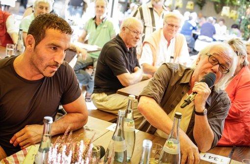 Theaterhaus-Chef Werner Schretzmeier (re.)   verrät bei unserer Promi-Runde auf dem Weindorf, wie es dazu kam, dass Ozzy Osbourne einst in Schorndorf gelandet ist. Klicken Sie sich durch unsere Bildergalerie. Foto: Leif Piechowski