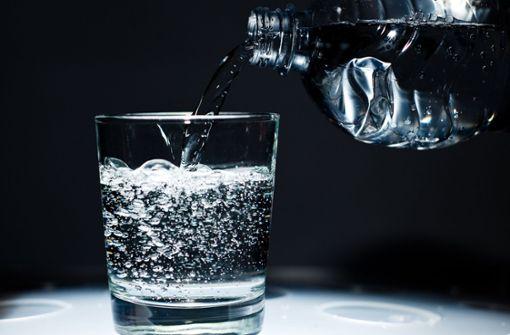 1. Viel und regelmäßig trinken: Besonders an heißen Sommertagen ist der Flüssigkeitsverlust besonders hoch, und man sollte bis zu fünf Liter trinken. Aber Vorsicht vor zu kalten oder heißen Getränken. Besser sind lauwarme Getränke – damit kann der Körper besser den Flüssigkeitsverlust kompensieren. Übrigens kann man sich auch mit Wassermelone, Erdbeeren oder Gurken behelfen. Diese spenden viel Wasser. Foto: dpa