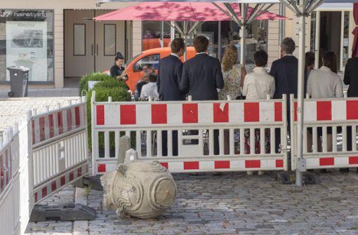 Ein großes Trümmerteil der Hunderte Kilo schweren Steinvase liegt auch am Freitagnachmittag noch an der Unglücksstelle. Foto: factum/Weise
