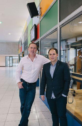 Tom Hörner (li.) und David Rau vor dem Horads-88,6-Studio an der Hochschule der Medien in Stuttgart-Vaihingen.  Foto: Lichtgut/Verena Ecker
