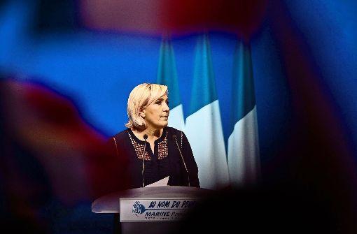 Marine Le Pen, die Vorsitzende des Front National,  gilt neben dem unabhängigen  Kandidaten Emmanuel Macron als Favoritin für die Präsidentschaftswahl. In einer  Stichwahl werden jedoch Macron die besseren Chancen eingeräumt. Foto: AFP