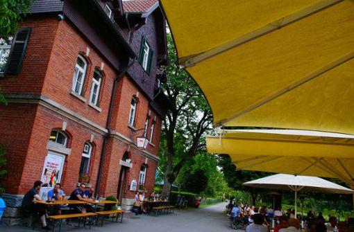 In gemütlicher Atmosphäre gibt es typische Biergarten-Küche auf der Speisekarte – Kinder können sich auf dem weitläufigen Spielplatz austoben oder die Kaninchen streicheln. Foto: Andreas Rosar Fotoagentur-Stuttgart