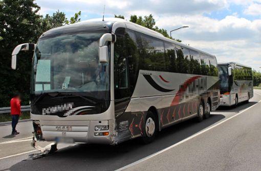 Führerloser Reisebus streift mehrere Autos