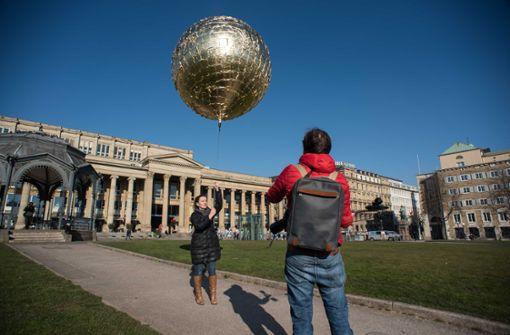 Ein goldener Ballon soll zum Umdenken mahnen