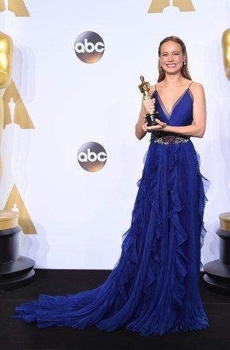 Oscar-Gewinnerin Brie Larson strahlt in einem leuchtend blauen Gewand. Hätte es nicht diese merkwürdigen Stofffetzen am Rock hängen, wäre es noch schöner... Foto: Invision/AP