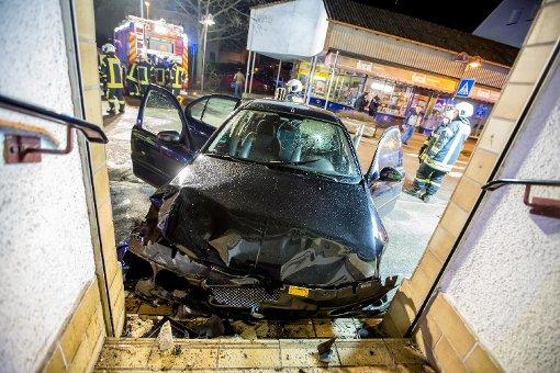 Mit mehr als zwei Promille Alkohol im Blut kracht ein 22-jähriger Autofahrer in Asperg gegen eine Hauswand. Foto: www.7aktuell.de | Karsten Schmalz