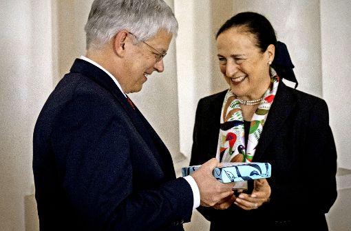 Die Universitätsratsvorsitzende Marion Johannsen beglückwunscht Rektor Stephan Dabbert zur Wiederwahl. Foto: Lichtgut/Achim Zweygarth