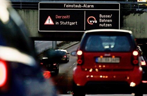Zum VfB-Heimspiel nahmen trotz Feinstaubalarms viele das Auto Foto: Lichtgut/Leif Piechowski