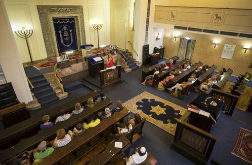 Bina Rosenkranz bei der Synagogenführung mit Sekretärinnen    des katholischen Stadtdekanats Foto: Lichtgut/Leif Piechowski