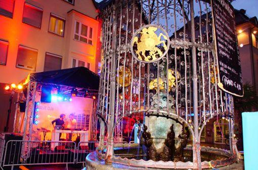 Der erste Abend des Brunnenfests am Hans-im-Glück-Brunnen. Auch unsere Stadtleben-Redaktion ist dabei und zeigt ab jetzt eine neue Ausstellung. Foto: Andreas Rosar Fotoagentur-Stuttg