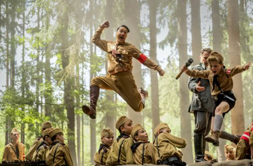 "Adolf Hitler (Taika Waititi, Mitte) gibt sich im Hitlerjugend-Lager als Spaßmacher – auch der Oscar-Kandidat ""Jojo Rabbit"" läuft bei den White Nights. Foto: 20th Century Fox"