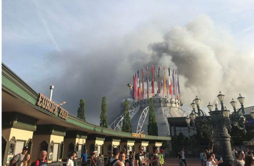 ...nachdem am frühen Samstagabend ein Großbrand... Foto: dpa