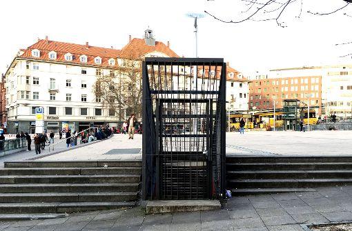 Das ist der Eingang in den Bunker unter dem Marienplatz in Stuttgart. Wie der Bunker hinter dem doppelt gesicherten Gittertor aussieht, zeigt die Bilderstrecke. Foto: Jan Georg Plavec