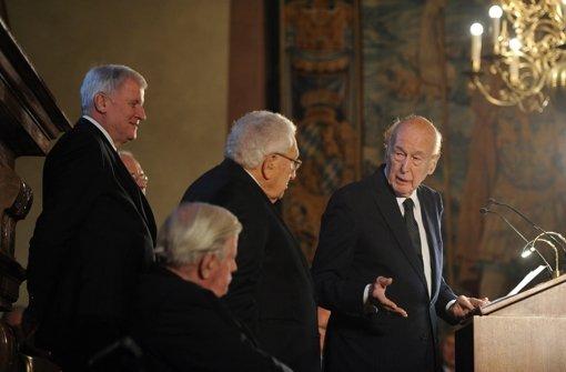 Die Garde der alten Herren: Der bayerische Ministerpräsidenten Horst Seehofer (ganz links), Ex-Bundeskanzler Helmut Schmidt (2.v.l), der ehemalige französische Präsident Valerie Giscard d'Estaing (am Rednerpult), und der  ehemalige US-Außenminister Henry Kissinger (2.v.r Foto: dpa
