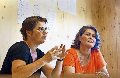 Claudia Volz (links) und Gabi Däubler engagieren sich in Gerlingen für Flüchtlinge – und stoßen oft auf Hindernisse. Foto: factum/Granville