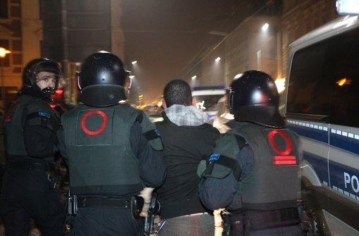 Sieben Polizisten von Schlägern verletzt