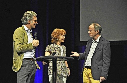 Walter Sittler und  Sigrid Klausmann unterhalten sich mit Pfarrer Ralf Vogel (r.) über das Menschenrecht auf Bildung. Foto: Georg Linsenmann