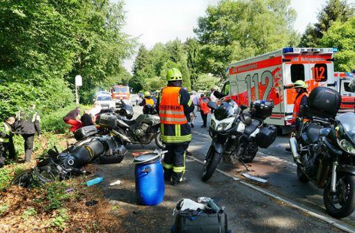 Auto rast ungebremst in Gruppe von Motorradfahrern