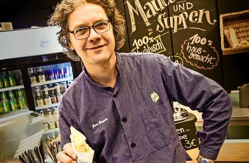 Jens Caspar alias Herr Kächele liebt seine Maultaschen aus der Hand. Foto: Lichtgut/Leif Piechowski