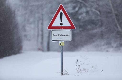 """Ein Schild mit der Aufschrift """"Kein Winterdienst"""" steht an einer nicht geräumten und mit Schnee bedeckten Straße bei Uttenweiler-Offingen.  Foto: dpa"""