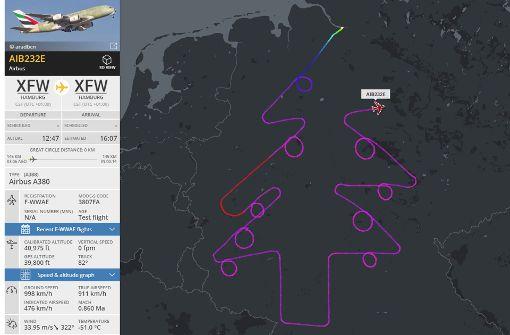 Pilot fliegt Weihnachtsbaum über Deutschland