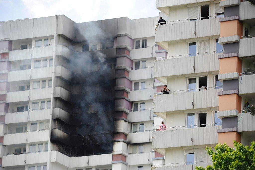 Aus Wohnungen eines Hochhauses in der Friedrich-Ebert-Straße in Sindelfingen dringt am Freitagnachmittag wegen eines Feuers dichter Rauch. Foto: www.7aktuell.de | Oskar Eyb