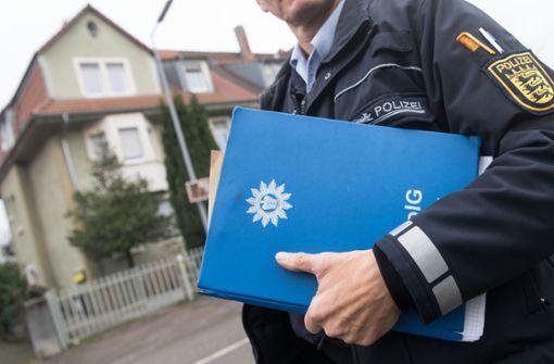 Ein Polizist vor dem Wohnhaus in Karlsruhe, in dem ein Mann gewohnt haben soll, der verdächtigt wird, einen Anschlag auf dem Karlsruher Schlossplatz geplant zu haben. Foto: dpa