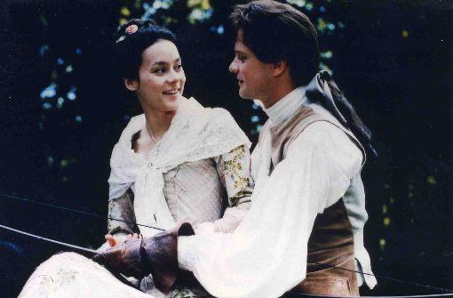 Valmont (Colin Firth) versucht die tugendhafte Madame de Tourvel (Meg Tilly) zu verführen. Der britische Schauspieler, der sonst gern wortkarge ernste Männer spielt, zeigt sich hier ungewohnt fröhlich verführerisch.  Foto: Verleih
