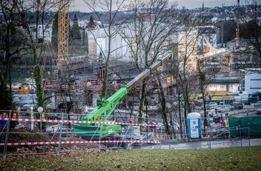 Die Baumfäller sind auf dem Hang unterhalb des Schlosses Rosenstein zugange. Foto: Lichtgut/Julian Rettig