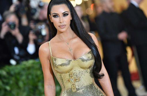 Kim Kardashian zeigt Kurven und Kreuze