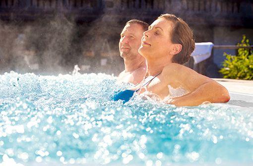 Erleben Sie die heilenden Kräfte des Thermalwassers bei Rheuma, Gelenk- oder Rückenproblemen.  Foto: Kur- & GästeService Bad Füssing