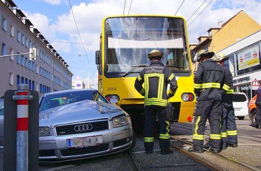 Der Fahrer prallte mit seinem Audi mit der Stadtbahn zusammen. Foto: 7aktuell.de/ Pusch