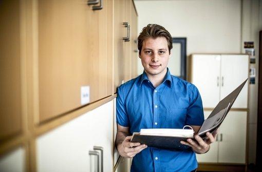Der Auszubildende Julian Lauxmann prüft Akten an seinem Arbeitsplatz beim Steuerbüro Just  BERUF: Steuerfachangestellte  SCHULABSCHLUSS: Realschulabschluss oder Abitur  INHALT: Erstellung von Steuererklärungen, Betreuung von Kunden,Erstellung der Finanzbuchprüfung  DAUER DER AUSBILDUNG: 3 Jahre  GEHALT: 1. Jahr 400 bis 700 Euro, 2. Jahr 500 bis 750 Euro, 3. Jahr 600 bis 800 Euro Foto: Leif Piechowski