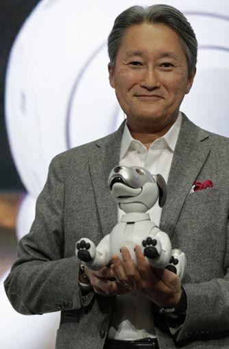"""Auf der CES 2018 hat Sony-Geschäftsführer Kazou Hirai den Roboterhund """"Aibo"""" vorgestellt. Foto: AP"""