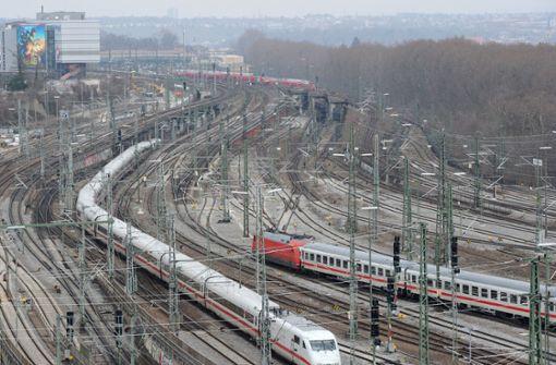 Diese oberirdischen Gleise will die DB nach dem Bau des Tiefbahnhofs beseitigen. Eine Klägerin wollte ihr den Abbau untersagen lassen und hier weiter Züge fahren lassen. Foto: dpa