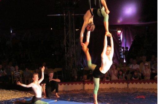 Spektakuläre Akrobatik am Tuch unter der Kuppel