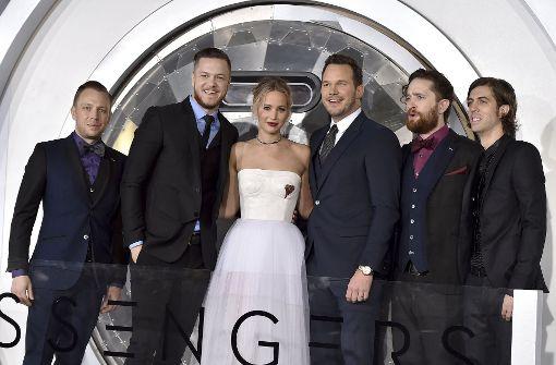 Jennifer Lawrence (Mitte), Chris Pratt (3.v.l.) und die Musiker (v.l.) Ben McKee, Dan Reynolds, Daniel Platzman and Wayne Sermon, von den Imagine Dragons bei der Premiere. Foto: Invision