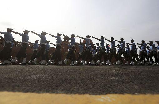 Indische Soldaten der Luftwaffe maschieren am 13. August 2017 in Neu Delhi in Indien anlässlich einer Parade zum 70. Jahrestag Indiens Unabhängigkeit. Foto: AP